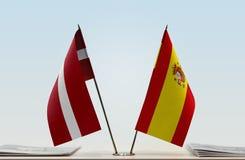 Flaggen von Lettland und von Spanien stockfotos