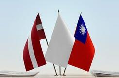 Flaggen von Lettland und von Taiwan stockbilder