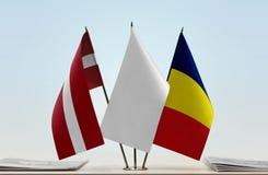 Flaggen von Lettland und von Tschad lizenzfreies stockfoto