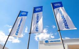 Flaggen von Lifan-Motoren über blauem Himmel Lizenzfreies Stockfoto