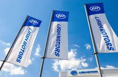Flaggen von Lifan-Motoren über blauem Himmel Stockbild