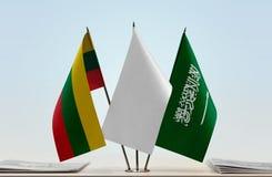 Flaggen von Litauen und von Saudi-Arabien lizenzfreie stockfotos