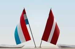 Flaggen von Luxemburg und von Lettland lizenzfreies stockfoto
