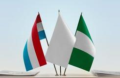 Flaggen von Luxemburg und von Nigeria lizenzfreie stockfotos