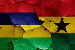 Flaggen von Mauritius und von Ghana gemalt auf gebrochener Wand Stockfotografie