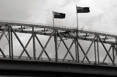 Flaggen von Neuseeland auf Auckland-Hafen-Brücke Stockbilder