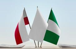 Flaggen von Polen und von Nigeria stockbilder