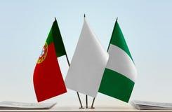 Flaggen von Portugal und von Nigeria lizenzfreie stockfotografie