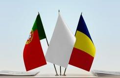 Flaggen von Portugal und von Tschad lizenzfreie stockfotografie