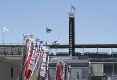 Flaggen von Rennwagen-Fahrer und Notfall Turm-Pfosten von IMS Stockfoto