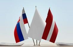 Flaggen von Slowakei und von Lettland stockfoto