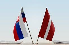 Flaggen von Slowakei und von Lettland lizenzfreies stockfoto