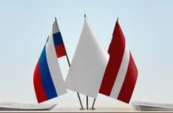 Flaggen von Slowenien und von Lettland lizenzfreie stockfotos