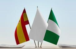 Flaggen von Spanien und von Nigeria stockbild