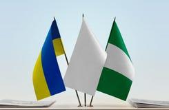 Flaggen von Ukraine und von Nigeria lizenzfreies stockbild