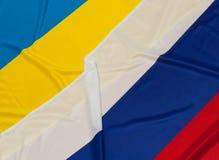 Flaggen von Ukraine und von Russland Stockbild