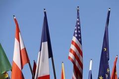 Flaggen von verschiedenen Ländern mit blauem Himmel als Hintergrund lizenzfreie stockfotos
