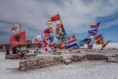 Flaggen von verschiedenen Nationen bei Salar de Uyuni Salt Lake, Bolivien Lizenzfreie Stockfotografie