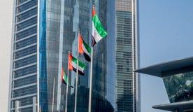 Flaggen vor Etihad-Türmen in im Stadtzentrum gelegenem Abu Dhabi Stockfotos