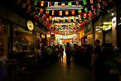 Flaggen, welche die Marktdecke verschönern stockfoto