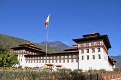 Flaggen-Zeremonie an Tashicho Dzong oder an Thimpu-Palast Buddhistische monas Stockbild