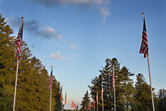 Flaggenlinien gegen blauen Himmel Stockfotos