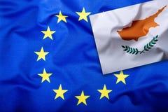 Flaggor av Cypern och den europeiska unionen Cypern flagga och EU-flagga Inre stjärnor för flagga Begrepp för världsflaggapengar Fotografering för Bildbyråer