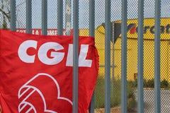 Flaggor av 'den CGIL-'unionen, framme av porten av 'ett Mercatone Uno-'lager fotografering för bildbyråer