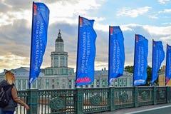 Flaggor av förbundkoppen på slottbron till och med Nev fotografering för bildbyråer