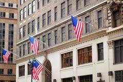 Flaggor av Förenta staterna på en skyscrapper i New York Royaltyfria Foton