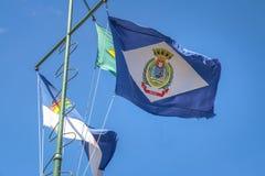 Flaggor av Fernando de Noronha, Pernambuco och Brasilien på fästningen för Nossa Senhora DOS Remedios - Fernando de Noronha, Bras arkivbilder