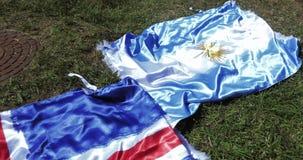 Flaggor av Island och Argentina stock video