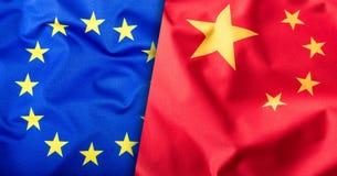 Flaggor av Kina och den europeiska unionen Kina flagga och EU-flagga Inre stjärnor för flagga Världsflaggabegrepp Arkivbild
