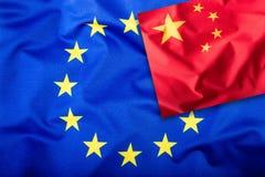 Flaggor av Kina och den europeiska unionen Kina flagga och EU-flagga Inre stjärnor för flagga Världsflaggabegrepp Arkivfoto