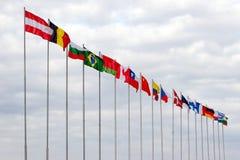 Flaggor av länderna av världen som fladdrar på en vind Arkivbild