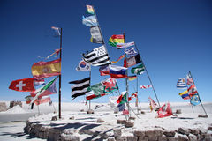 Flaggor av många länder i en salt öken av Salar de Uyuni Royaltyfria Bilder