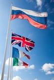 Flaggor av många nationer vinka för värld arkivbilder