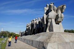 Flaggor av monumentet i Ibirapuera parkerar Sao Paulo Royaltyfri Fotografi