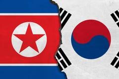 Flaggor av Nordkorea och Sydkorea som målas på den spruckna väggen royaltyfri illustrationer