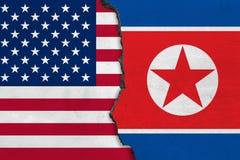 Flaggor av Nordkorea och USA som målas på den spruckna väggen vektor illustrationer