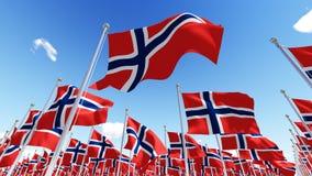 Flaggor av Norge som vinkar i vinden mot blå himmel Fotografering för Bildbyråer