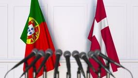 Flaggor av Portugal och Danmark på det internationella mötet eller konferensen framförande 3d Royaltyfri Foto