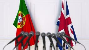 Flaggor av Portugal och Förenade kungariket på det internationella mötet eller konferensen framförande 3d Royaltyfri Fotografi