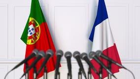 Flaggor av Portugal och Frankrike på det internationella mötet eller konferensen framförande 3d Royaltyfria Bilder