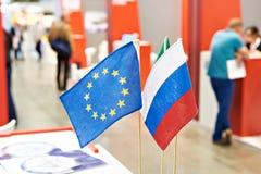 Flaggor av Ryssland och europeisk union på utställning Arkivfoto