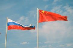 Flaggor av Ryssland och Kina Arkivbilder