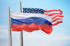 Flaggor av Ryssland och USA arkivfoto