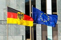 Flaggor av Tyskland Förbundsrepubliken Tyskland; i tysk: Bundesrepublik Deutschland och EU för europeisk union som vinkar i vind Royaltyfri Bild