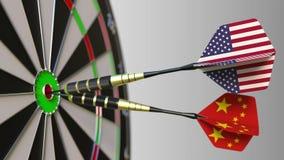 Flaggor av USA och Kina på pilar som slår bullseyen av målet Begreppsmässiga internationellt samarbete eller konkurrens royaltyfri illustrationer