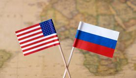 Flaggor av USA och Ryssland över världskartan, bild för politisk ledarelandsbegrepp arkivbild